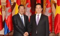 Le Premier Ministre cambodgien en visite officielle au Vietnam