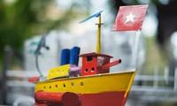 Le bateau au kérosène, un jouet traditionnel qui pourrait rester à flot