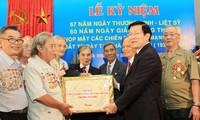 Le président Truong Tan Sang rencontre les anciens prisonniers politiques de Hoa Lo