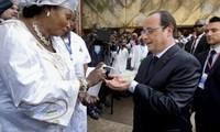 Ebola: Hollande, premier dirigeant occidental à se rendre en Guinée