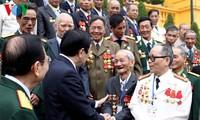 Truong Tan Sang accueille d'anciens experts militaires vietnamiens au Laos