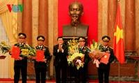 Le président Truong Tan Sang promeut les officiers de l'armée