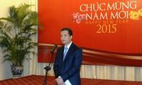 Rencontre avec des reporters étrangers au Vietnam à l'occasion du Nouvel An