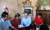 Distribution des cadeaux du Tet aux foyers méritants et démunis