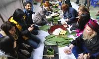 Les touristes étrangers confectionnent des gâteaux du Tet pour les pauvres