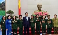Nguyen Tan Dung rencontre des anciens combattants et jeunes volontaires