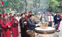 Offrandes de batonnets d'encens à la mémoire des rois fondateurs Hùng