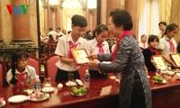 Nguyen Thi Doan met à l'honneur 55 élèves démunis mais brillants