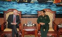 Le général Phung Quang Thanh reçoit le sénateur américain John McCain