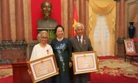Deux professeurs vietkieu reçoivent les honneurs de l'Etat