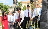 Truong Tan Sang offre de l'encens en mémoire de Nguyen Huu Tho