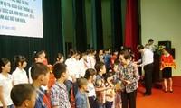 Des bourses d'études aux élèves démunis de Tuyen Quang