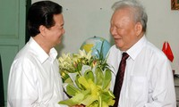 Le PM Nguyen Tan Dung rend visite à l'ancien président Le Duc Anh