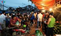 La vie nocturne au marché Long Biên