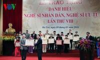 Le président Truong Tan Sang honore les artistes émérites et artistes du peuple