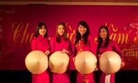 Les Vietnamiens dans le monde accueillent le Tet