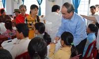 Nguyen Thien Nhan offre des cadeaux aux foyers démunis de Tra Vinh