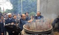 Nguyen Sinh Hung offre de l'encens en mémoire des rois Hung