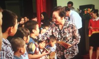 Nguyên Thi Doan distribue des bourses «Accompagner les enfants à l'école»