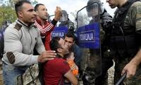 Macédonie: la police tire du gaz lacrymogène contre des migrants