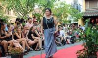 Défilé de la mode pour les femmes handicapées à Hôi An