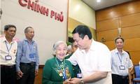 Vuong Dinh Hue rencontre des mères héroïques de Dak Nong