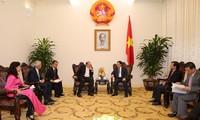 Le PDG du group AIA reçu par le vice-Premier ministre Vuong Dinh Hue