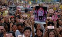 Les Thaïlandais à genoux au passage du convoi funéraire de leur roi