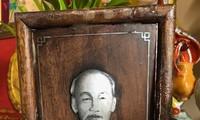 Le portrait en nacre du Président Hô Chi Minh sur un autel des ancêtres à Marseille