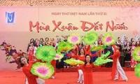 Daerah-daerah di Vietnam dengan bergelora mengadakan Hari Sajak Vietnam