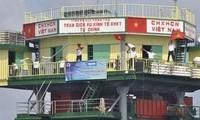 Upacara membakar hio untuk mengenangkan para pahlawan yang gugur untuk membela kepulauan Truong Sa dan Hoang Sa