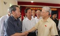Sekjen KS  PKV Vietnam, Nguyen Phu Trong melakukan kontak dengan pemilih kota Hanoi