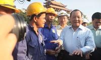 Pimpinan kota Ho Chi Minh mengunjungi kaum buruh yang sedang membangun jembatan