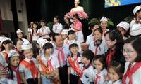 Pimpinan kota Ho Chi Minh melakukan pertemuan dengan anak-anak sehubungan awal tahun baru