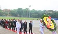 Pimpinan Partai dan Negara masuk mousolium untuk berziarah kepada Presiden Ho Chi Minh
