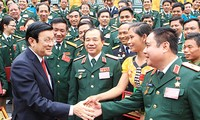 Presiden Truong Tan Sang melakukan pertemuan dengan tipikal-tipikal yang menonjol di kalangan seluruh tentara