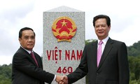 PM dua negara Vietnam dan Laos memimpin acara evaluasi menyelesaikan proyek merapatkan dan memugar sistim tonggak perbatasan nasional Vietnam-Laos