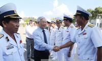 Sekjen Nguyen Phu Trong melakukan kunjungan kerja di Kawasan 4 Angkatan Laut Vietnam