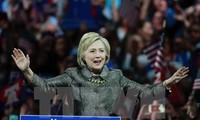Ibu Hillary Clinton  masih unggul dalam melawan milioner Donald Trump dalam jajak pendapat