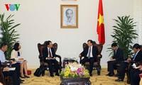 Deputi PM Trinh Dinh Dung menerima Kepala Perwakilan JICA di Vietnam dan rombongan badan usaha asing