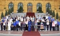 Wakil Presiden Dang Thi Ngoc Thinh melakukan pertemuan dengan rombongan pemuda dan pra-pemuda yang tipikal dari provinsi Lao Cai
