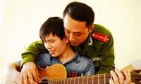Pak guru Tran Anh Tuan-Orang yang sepenuh hati demi anak-anak tuna netra