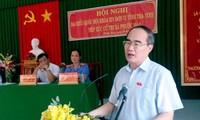 Ketua Pengurus Besar Front Tanah Air Vietnam, Nguyen Thien Nhan melakukan kontak dengan para pemilih provinsi Tra Vinh