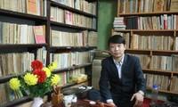 Saudara Ta Thu Phong, orang yang punya hobi mengoleksi buku dan koran lama
