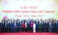 PM Nguyen Xuan Phuc melakukan pertemuan dengan para anggota Pemerintah berbagai periode