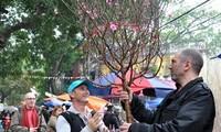 Orang asing menyongsong Hari Raya Tet Vietnam