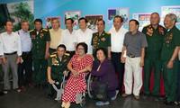 Deputi Harian PM Truong Hoa Binh menghadiri pertemuan dengan para pejuang revolusioner yang pernah ditangkap dan ditahan oleh musuh