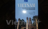 """Meluncurkan buku """"Vietnam: Bintang Asia yang menggeliat dari rerunthan perang"""" di India"""