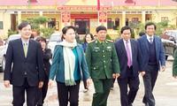 Komandan dan prajurit pos tentara penjaga perbatasan Pa Tan, provinsi Lai Chau membantu warga mendapat kehidupan yang stabil