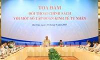 PM Nguyen Xuan Phuc melakukan dialog tentang kebijakan dengan grup-grup ekonomi swasta